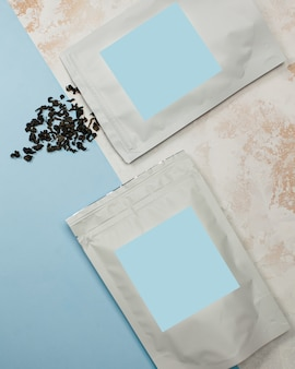 Sachets en aluminium avec du thé noir avec étiquette bleue pour le texte