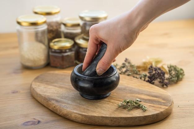 De sachets d'huile aromatique et de sel avec broderie, savon maison et bouquet de lavande séchée