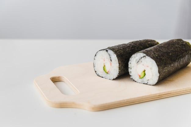 Sachets de sushi sur planche à découper