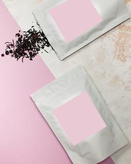 Sachets de thé aux baies en aluminium avec étiquette rose pour le texte de la mise en page de votre logo