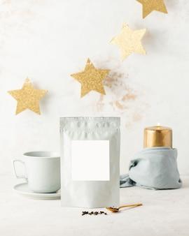 Sacs en aluminium avec du thé noir avec étiquette blanche pour le texte