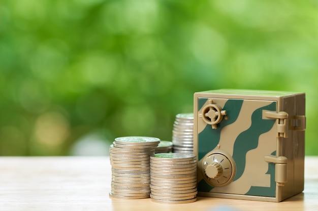 Des sacs d'argent sont mis sur la pile d'argent. comme concept d'entreprise de fond