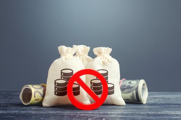 Sacs d'argent et symbole d'interdiction rouge non