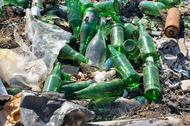 Sacs et bouteilles en plastique dans une décharge libération non autorisée d'ordures pollution de la nature
