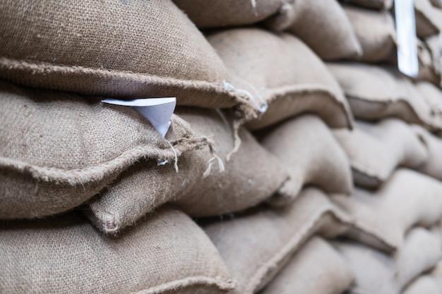 Sacs de chanvre contenant des grains de café dans un entrepôt.