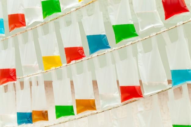 Sacs colorés d'eau colorée