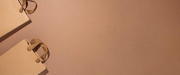 Sacs d'emballage pour cadeaux, artisanat marron sur fond de carton marron. vue de dessus, mise à plat. bannière.