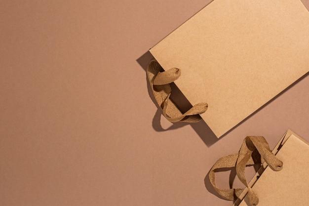 Sacs d'emballage pour cadeaux, artisanat marron sur fond de carton marron. vue de dessus, mise à plat.