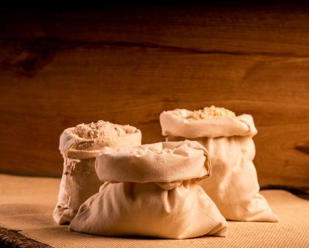 Sacs de farine de blé à l'intérieur en bois