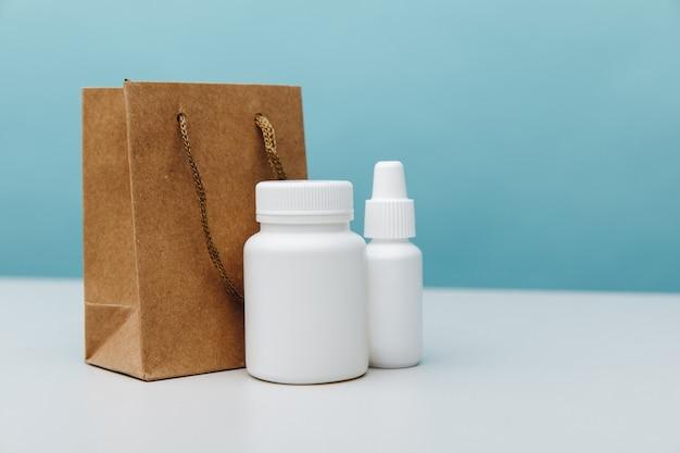 Sacs avec gros plan de conteneurs blancs médicaux.