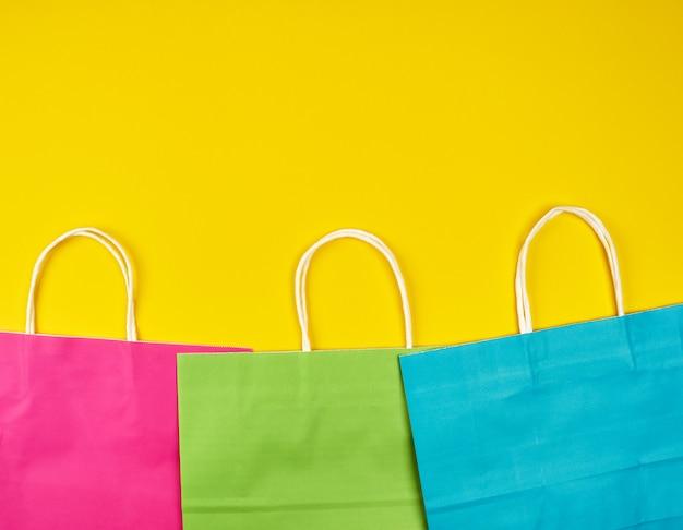 Sacs de magasinage rectangulaires en papier multicolore avec poignées blanches