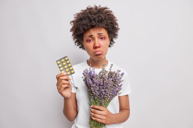 Les sacs à main femme contiennent des médicaments et le bouquet de lavande a les yeux rouges qui démangent et le nez isolé sur blanc