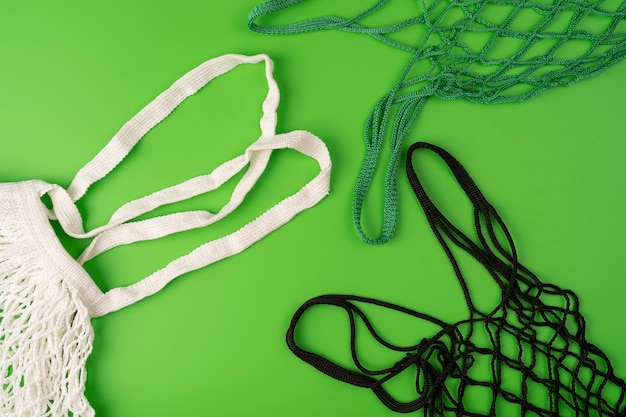 Sacs en osier vides pour faire du shopping sur fond vert sacs à provisions isolés concept de zéro déchet