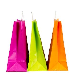 Sacs en papier coloré isolés sur blanc