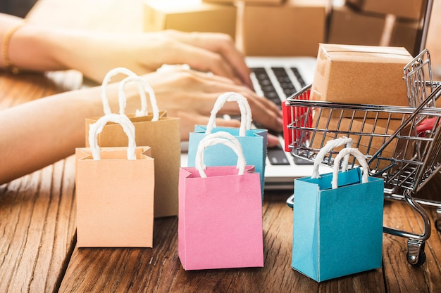 Sacs en papier colorés dans un chariot idées sur la dépendance au shopping en ligne