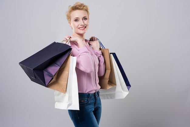 Des sacs en papier pleins de vêtements