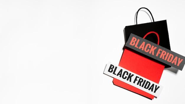 Sacs en papier avec des signes du vendredi noir