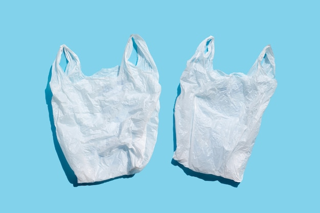 Sacs en plastique blanc sur surface bleue