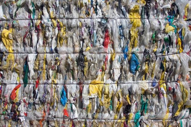 Sacs en plastique écrasés en balles pour recyclage