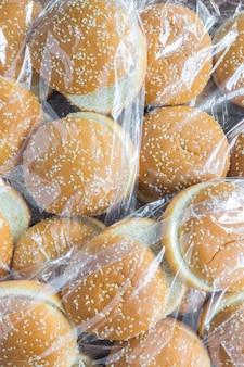 Les sacs en plastique avec des petits pains à hamburger