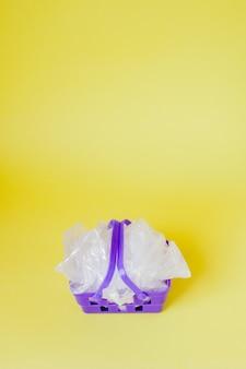 Sacs en polyéthylène dans le panier sur jaune