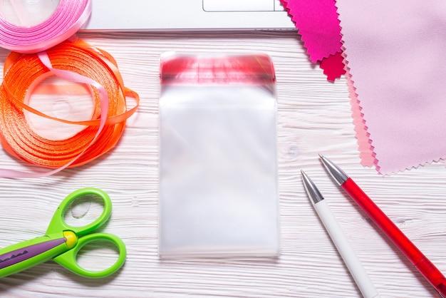 Sacs en polyéthylène transparent sur table de travail artisanal