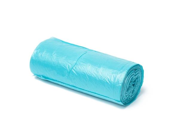 Sacs poubelle en plastique bleu avec des cordes isolés sur une surface blanche, gros plan
