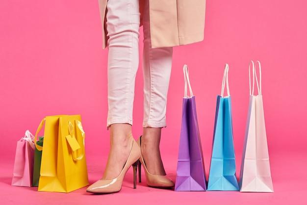 Sacs à provisions pieds féminins dans les chaussures shopaholic espace rose