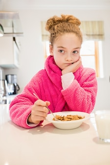 Sad girl petit déjeuner dans la cuisine