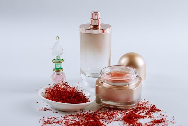 Safran dans une assiette blanche et crème cosmétique. crème aux extraits de safran. l'utilisation du safran en cosmétologie.