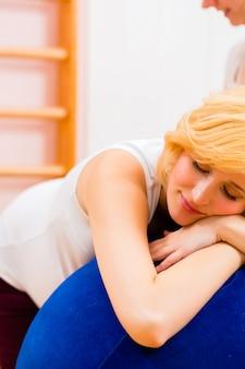 Sage-femme prodiguant des soins prénatals pour une femme enceinte