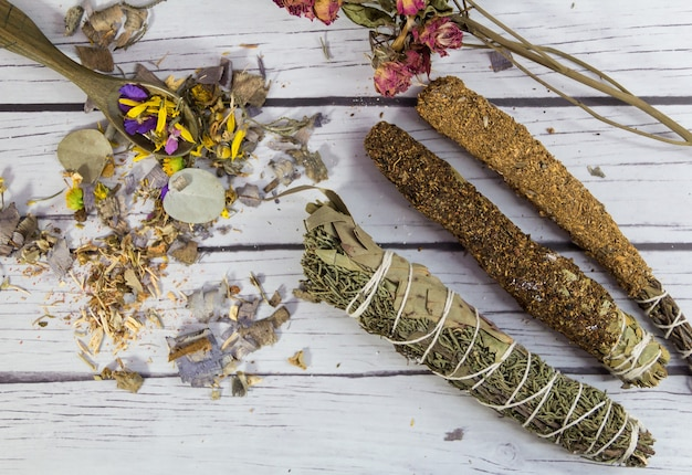 Sahumos, encens artisanaux à base d'herbes et de fleurs, pour les rituels de nettoyage