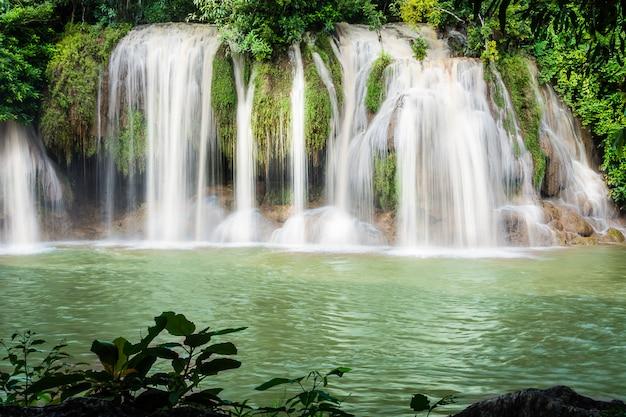 Sai yok waterfall, la belle cascade dans la forêt du parc national de sai yok