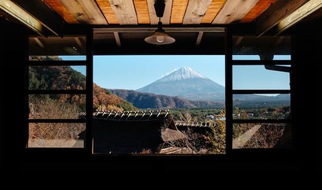 Saiko iyashino-sato nenba (village de guérison) avec le mont. fond de fuji près du lac saiko, japon.