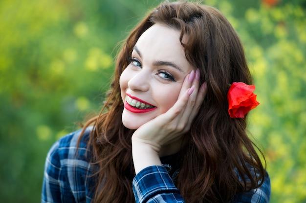 Sain, beau sourire, adolescent mignon avec des accolades dentaires souriant. portrait d'une femme avec appareil orthodontique. femme se brosser les dents avec du dentifrice.