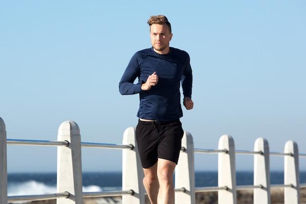 Sain jeune homme, jogging dehors
