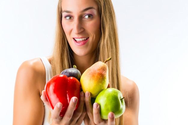 Une saine alimentation, une femme heureuse avec des fruits et des légumes