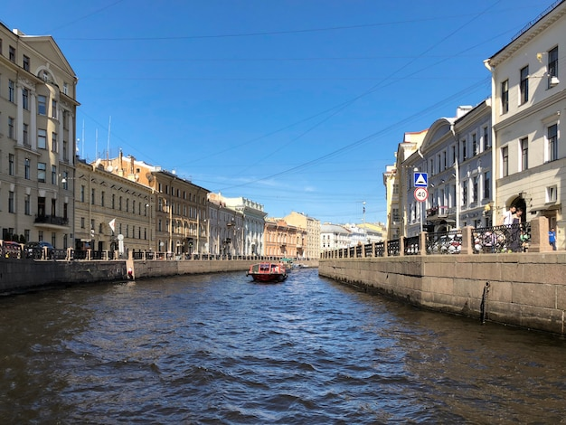 Saint-pétersbourg. quai de la rivière moyka à saint-pétersbourg, russie