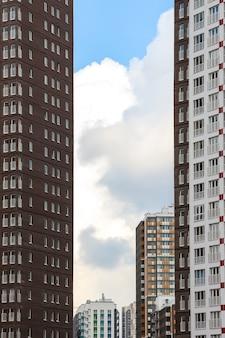 Saint-pétersbourg, russie. nouveaux gratte-ciel dans le quartier de kudrovo.