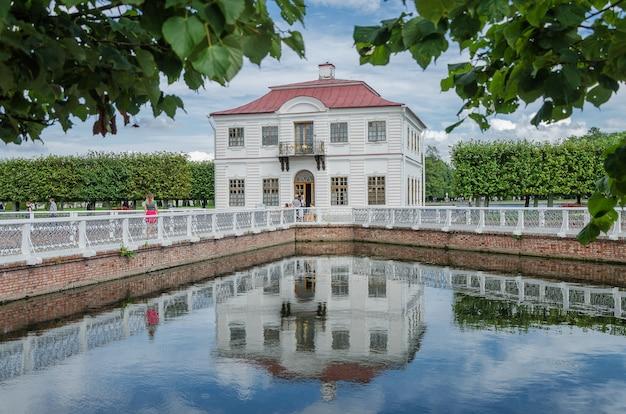 Saint-petersbourg, russie: palais marly dans le parc inférieur de peterhof