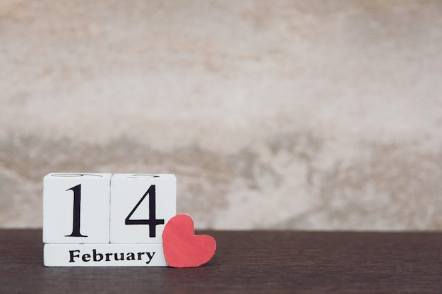 Saint valentin avec 14 février. calendrier en bois blanc sur fond de table en bois avec espace de copie