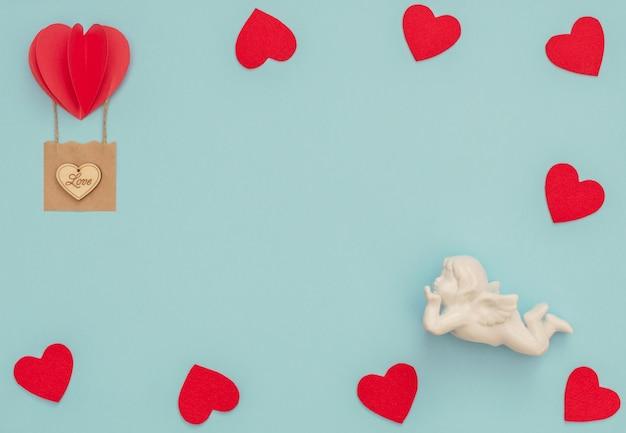 Saint valentin bleu avec cupidon blanc et ballon coeur rouge avec panier artisanal avec coeur en bois dessus