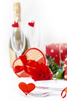 La saint valentin. carte de voeux de beau fond avec une rose. mise au point sélective.