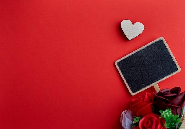 Saint valentin coeur en bois sur fond rouge
