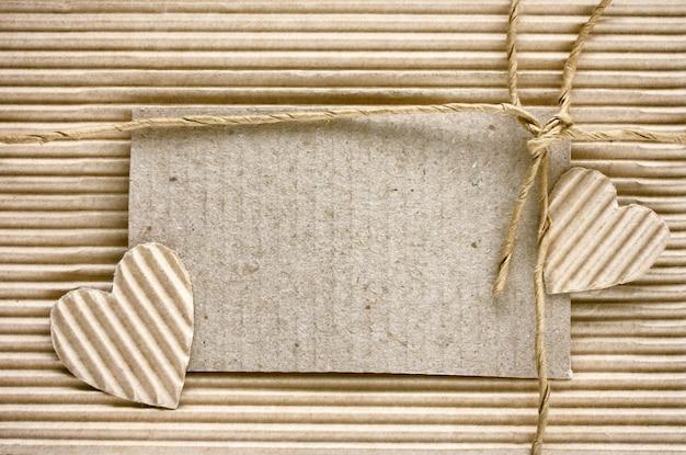 Saint valentin, coeur découpé dans du papier ondulé