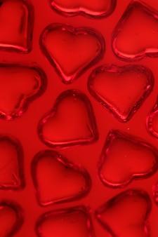 La saint valentin. coeurs rouges sur un rouge vif.