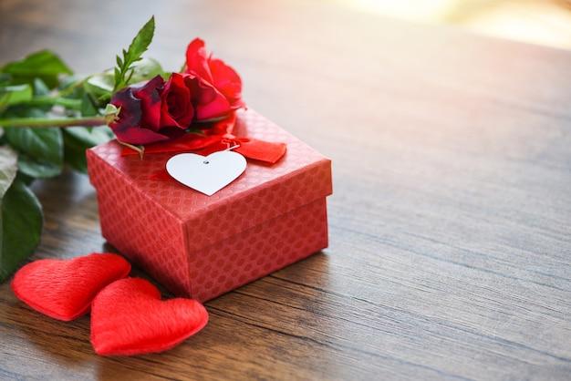 Saint valentin coffret fleur amour coffret rouge avec ruban arc roses rouges fleur et coeur