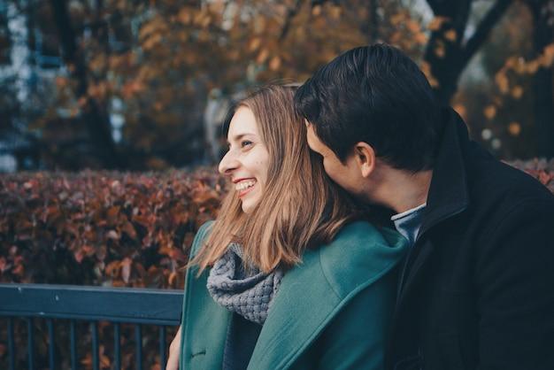 Saint valentin: un couple amoureux sur un banc de parc