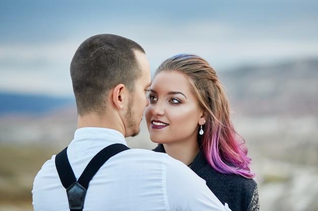 Saint valentin couple amoureux dans la nature câlins