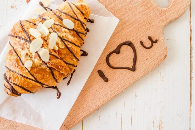 Saint valentin, croissant avec texte i love you